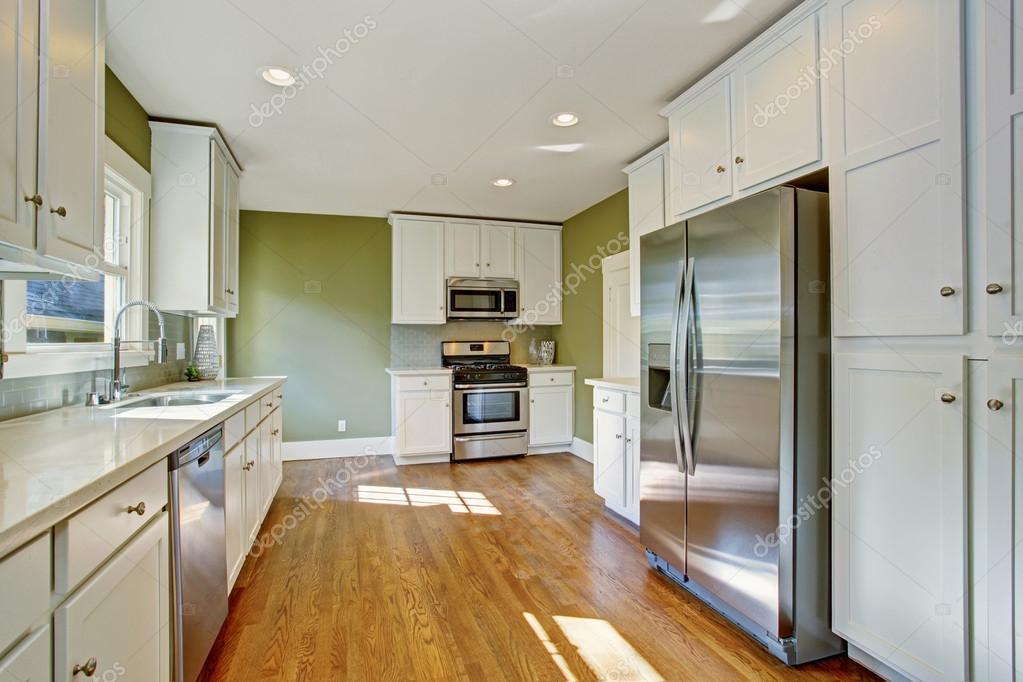 Grüne Küche Zimmer mit weißen Speicher-Kombination — Stockfoto ...