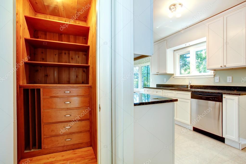 Keuken Kleine Planken : Houten kast in keuken kamer u stockfoto iriana w