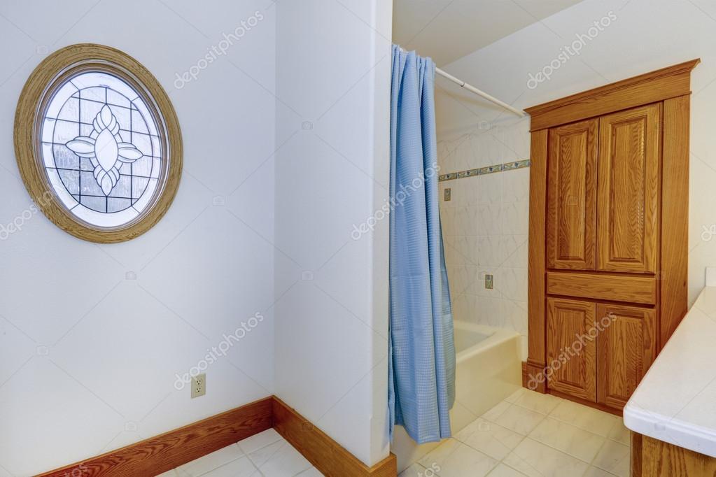 Intérieur de la salle de bain dans vieille maison américaine ...