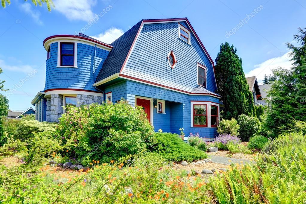 Colore Esterno Casa Rosso : Esterno della casa blu con profili rossi u foto stock iriana w