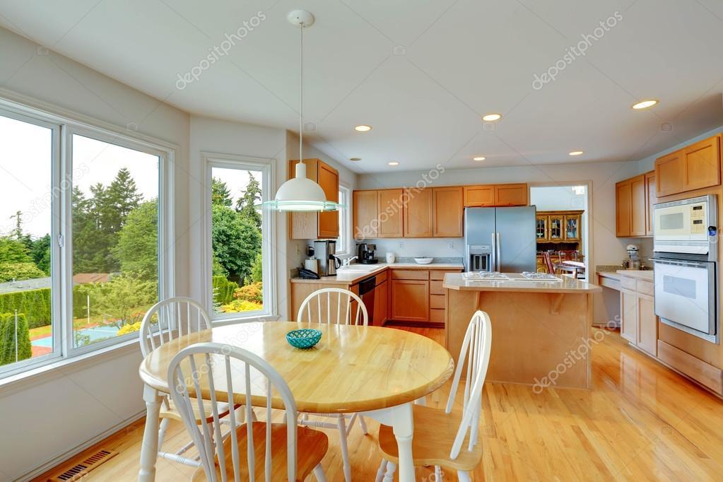 Rustica mesa de comedor en cocina brillante — Foto de stock ...