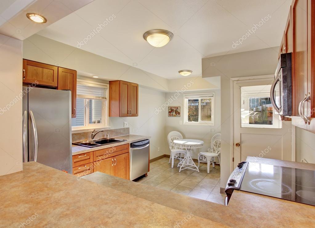 cucina moderna con pavimento di piastrelle — Foto Stock © iriana88w ...