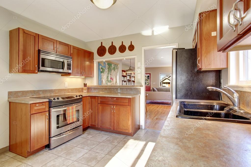 Cucina moderna con pavimento di piastrelle u foto stock