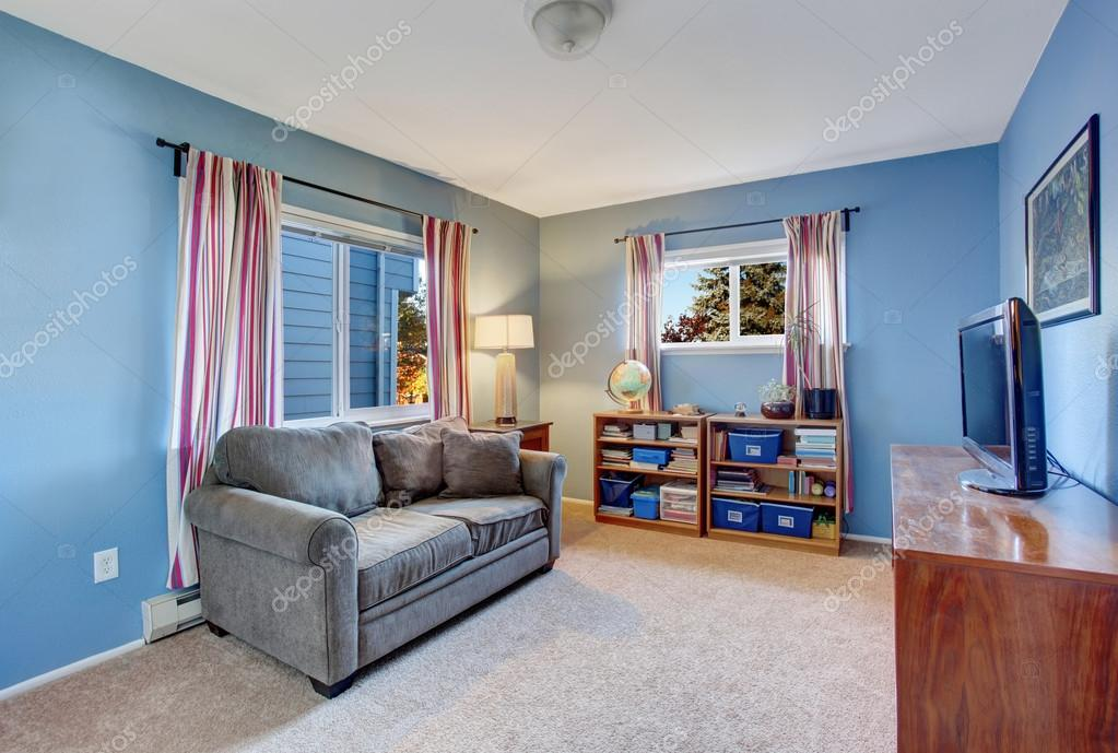 secundaire woonkamer met blauwe muren stockfoto