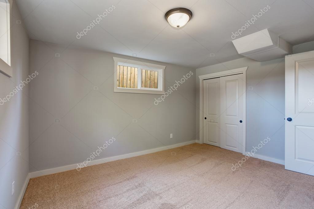 vloerbedekking slaapkamer met windows en een kast — Stockfoto ...