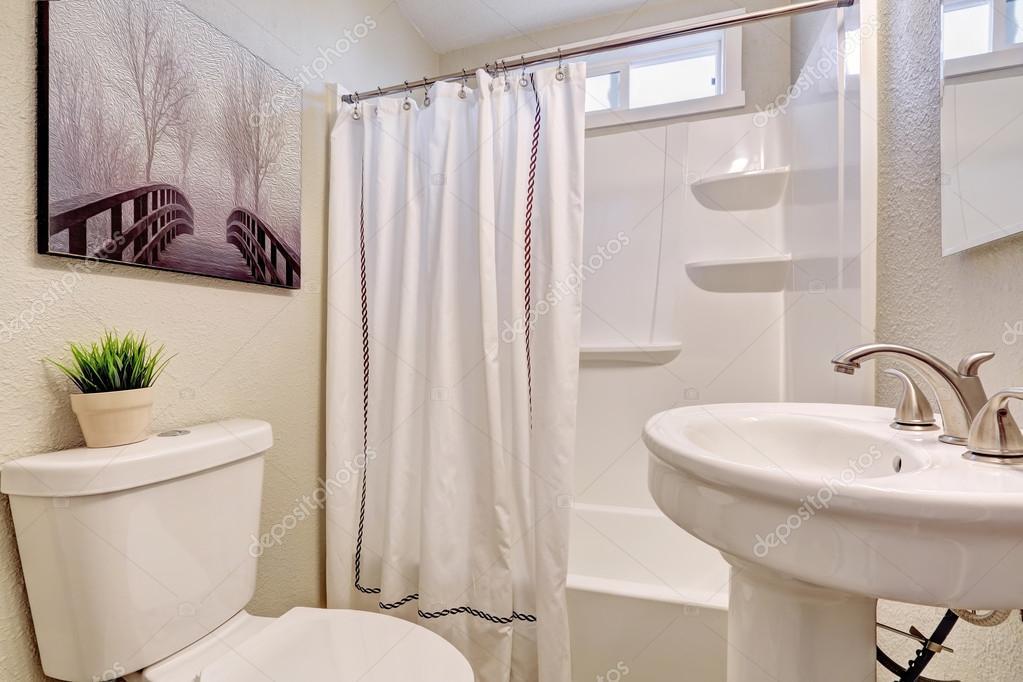 Belle salle de bain avec thème blanc. — Photographie ...