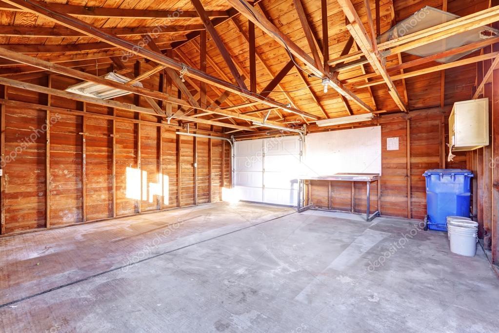 Große Garage große garage mit betonboden stockfoto iriana88w 75786205