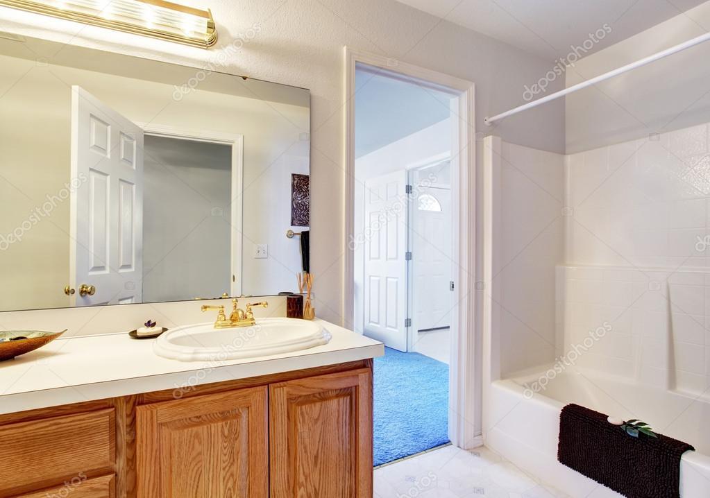 eenvoudige badkamer met ligbad douche — Stockfoto © iriana88w #76499791