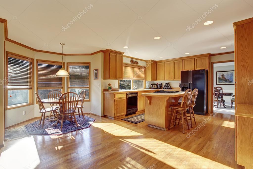 Cucina classica con pavimento di legno duro e isola u2014 foto stock