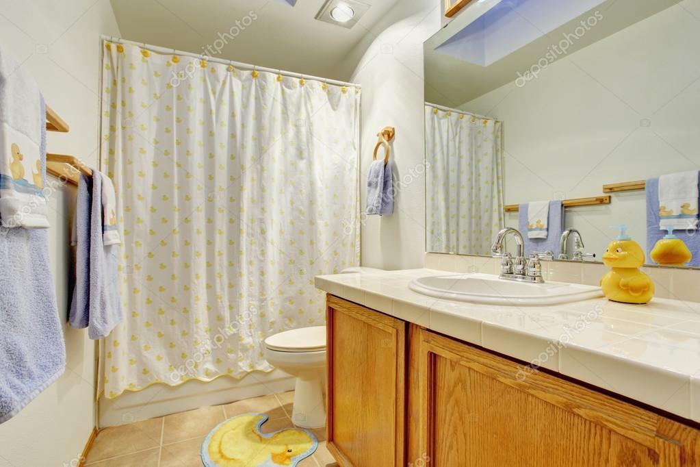 Eenvoudige badkamer met ligbad douche u stockfoto iriana w