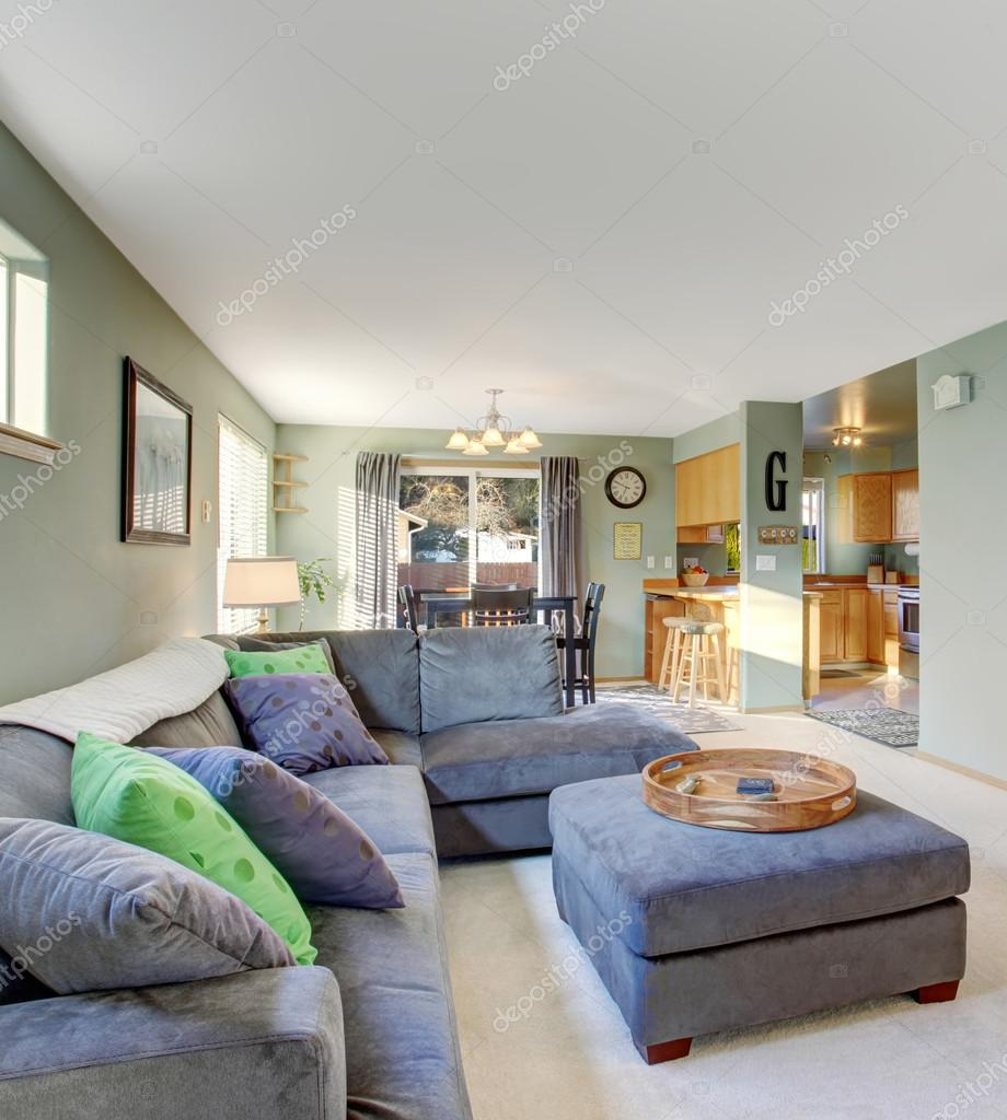 Klassieke woonkamer met tapijt — Stockfoto © iriana88w #77317400