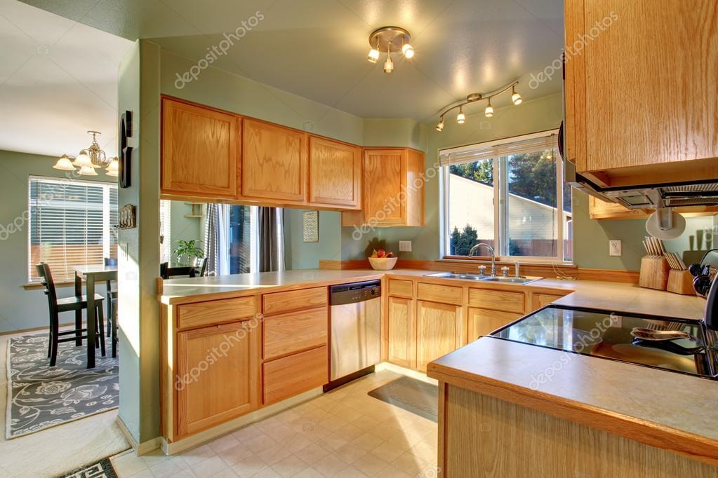Prachtige traditionele keuken met hardhouten vloer u stockfoto
