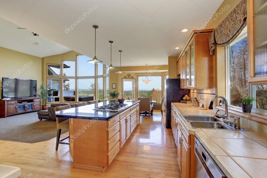 Prachtige keuken in perfecte traditionele huis u stockfoto
