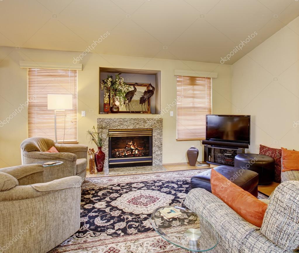 Decoratieve woonkamer met prachtige kleed — Stockfoto © iriana88w ...