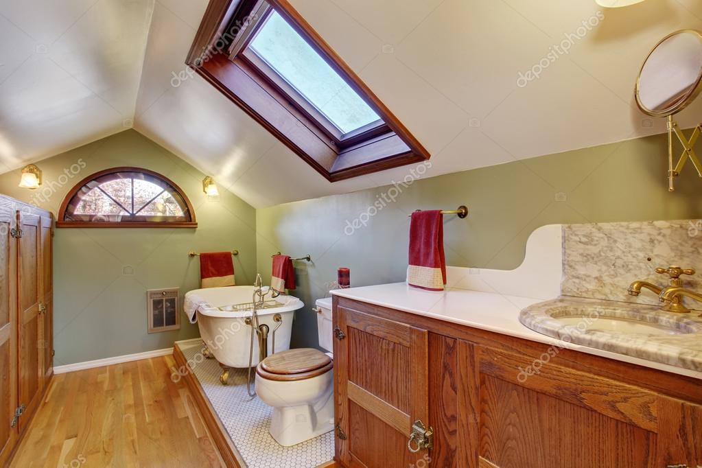 Alte Badezimmer mit Holzboden und gewölbte Decke — Stockfoto ...