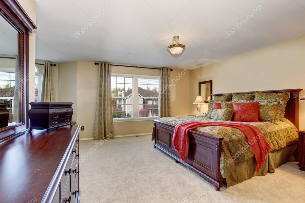 mooie slaapkamer met perfecte gouden beddengoed en tapijt stockfoto