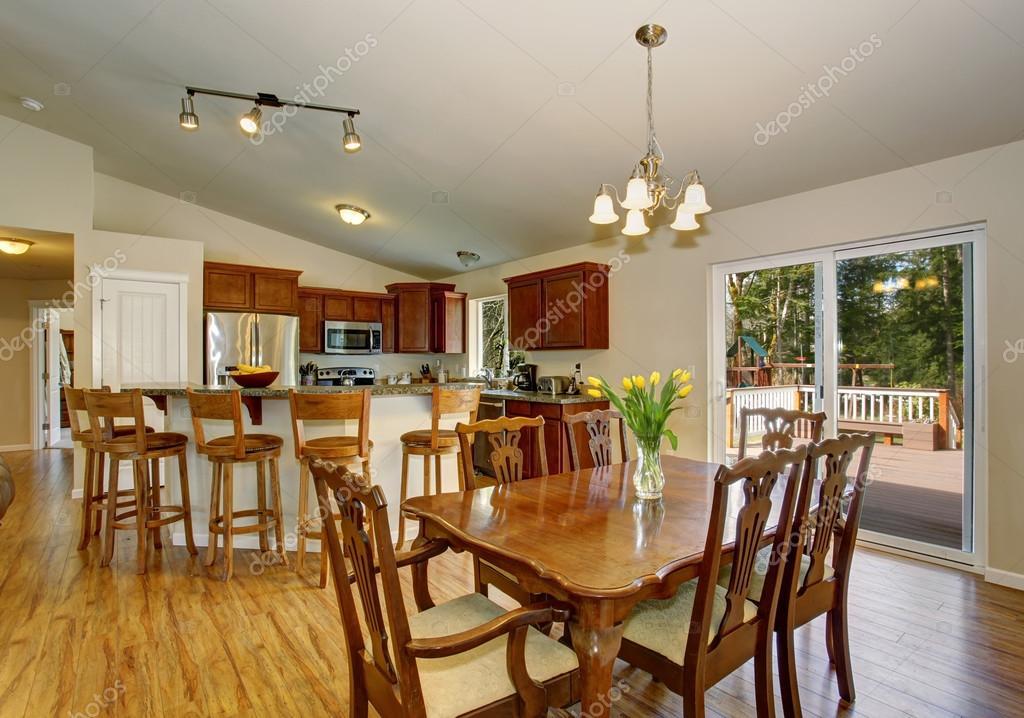 Ideal sala comedor con piso de madera dura y agradable for Pisos para comedor