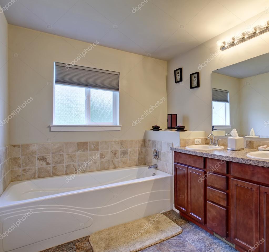 Elegancka łazienka Z Prysznicem I Wanną Zdjęcie Stockowe