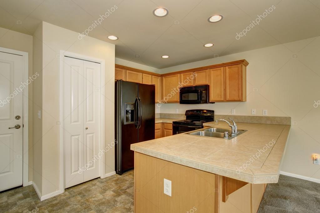 Piccola cucina con dispensa e frigorifero nero — Foto Stock ...