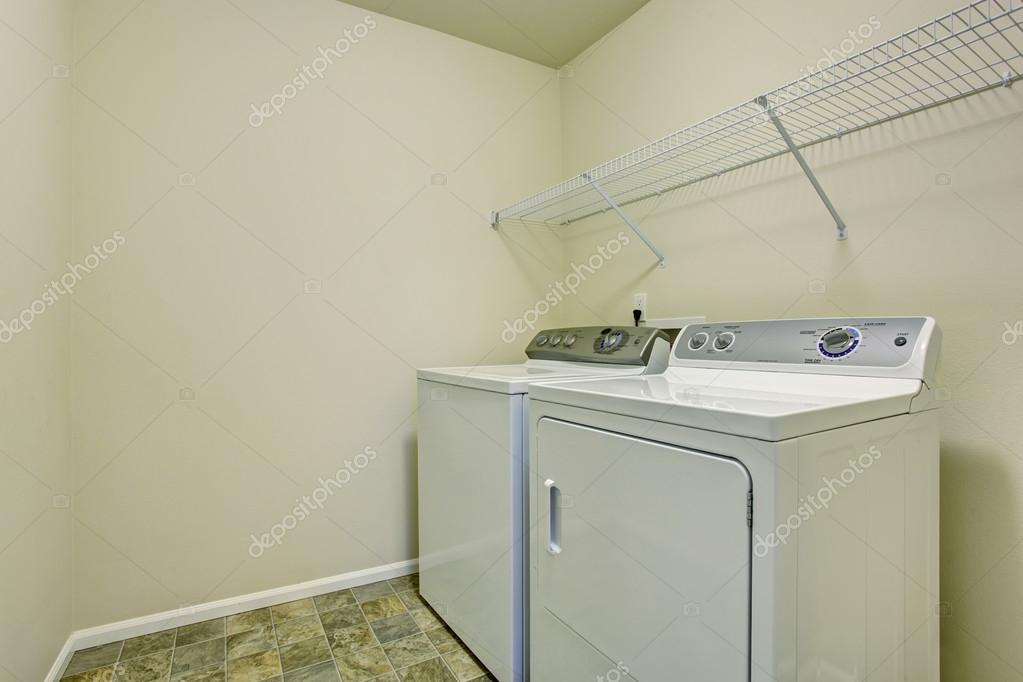 Piccola lavanderia con pietra piastrelle piano u foto stock