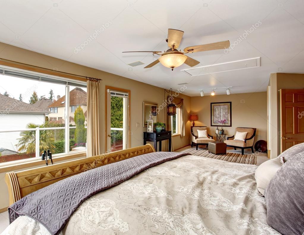 Grande chambre des maîtres avec bain connecté et literie crème ...