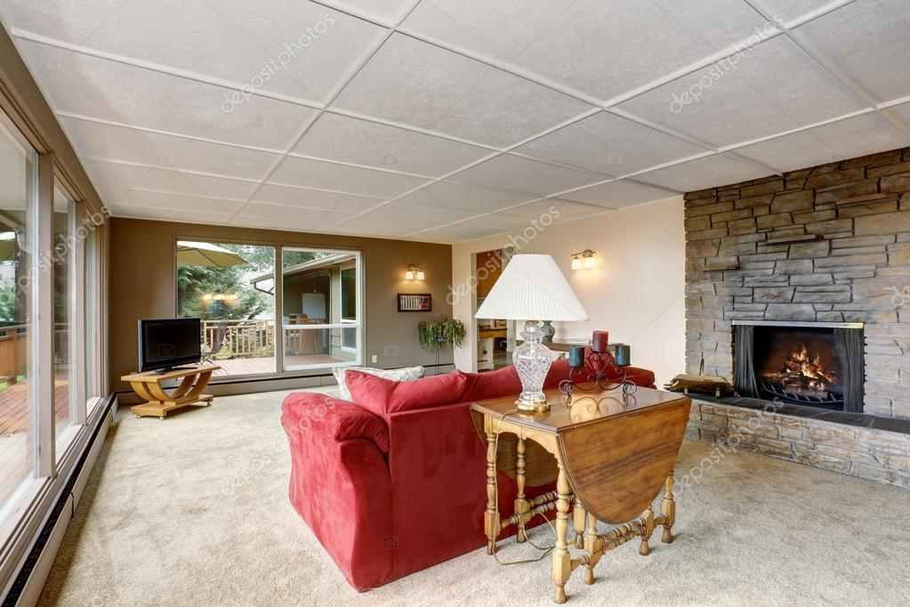 Perfecte Tapijt Woonkamer : Grote woonkamer met witte tapijt en rode sofa u stockfoto