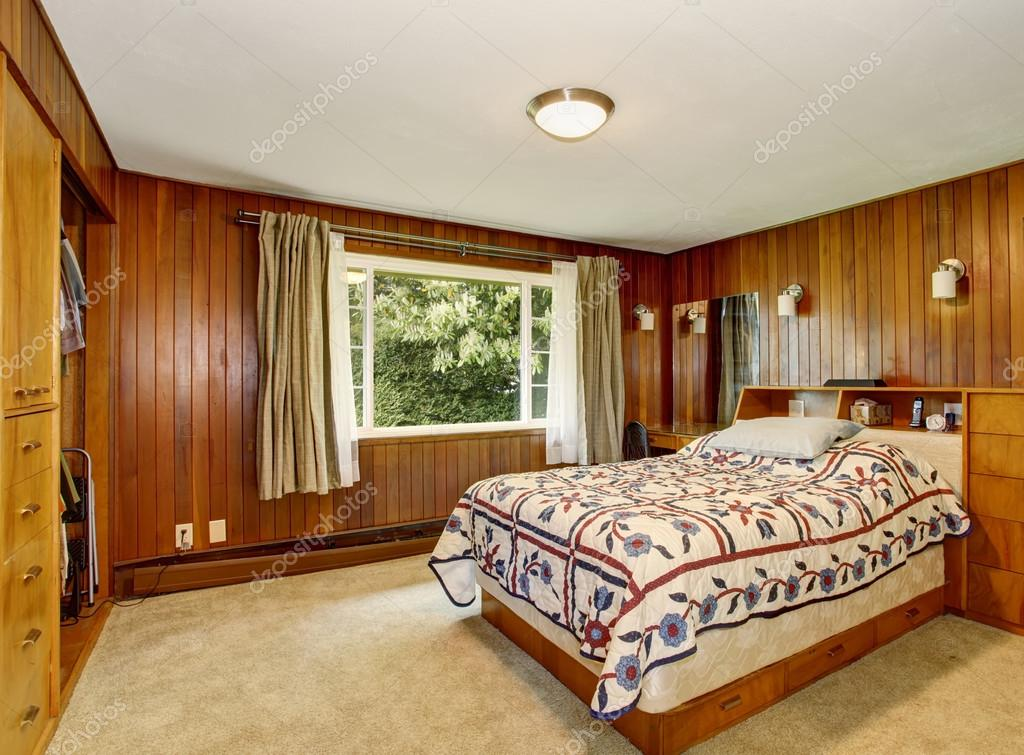 Camere Da Letto Tradizionali : Camera da letto tradizionale con atmosfera intima e pareti in