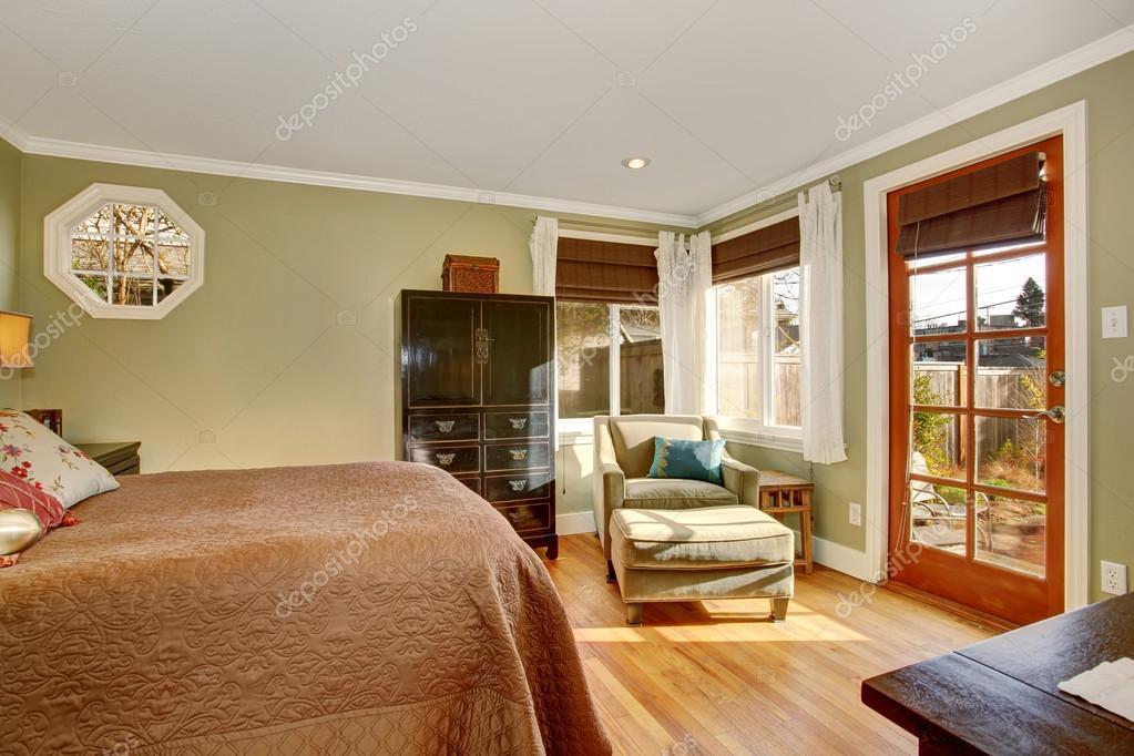 Slaapkamer Donkere Vloer : Gezellige slaapkamer met hardhouten vloer en donkere bruine