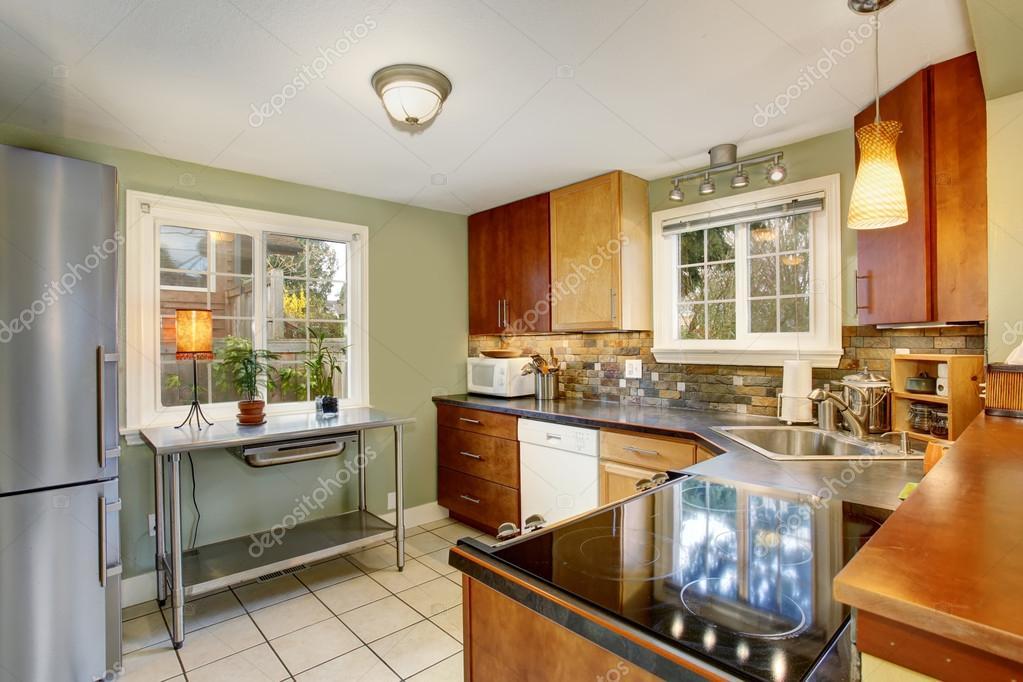 Cucina classica con verde pareti e pavimento di piastrelle bianche