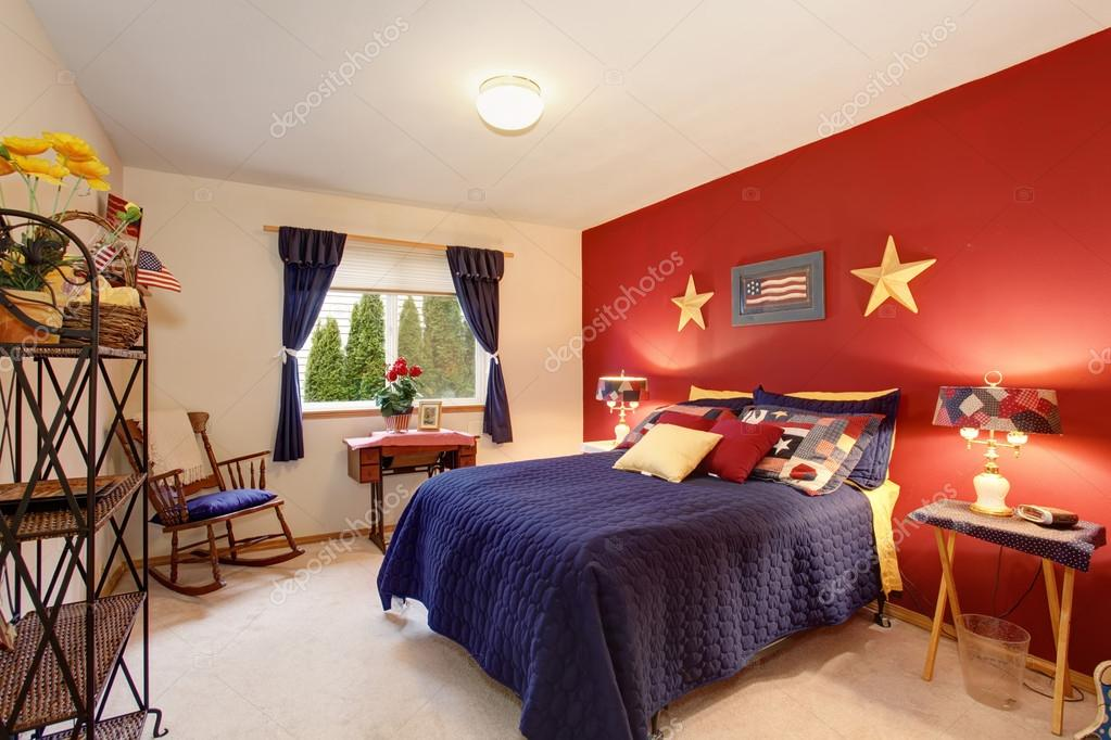 Slaapkamer Amerikaanse Stijl : Amerikaanse thema gasten slaapkamer met rode muur u2014 stockfoto