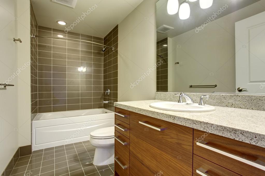 Mooie Moderne Badkamers : Moderne badkamer met tegelvloer en mooi bad u2014 stockfoto © iriana88w