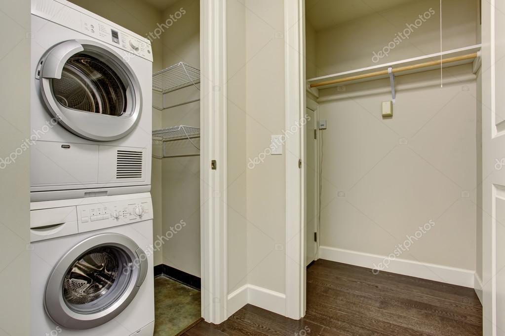 Bonito cuarto con lavadora y secadora — Foto de stock © iriana88w ...