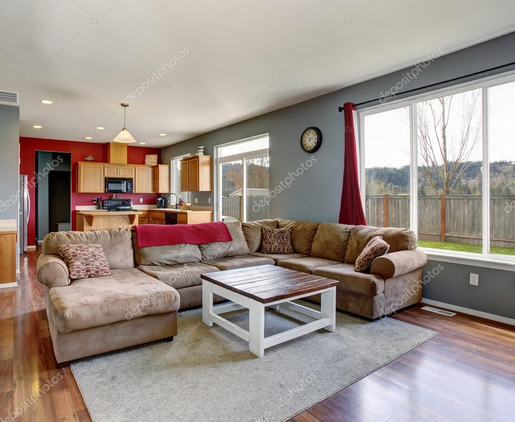 Moderne woonkamer met beige sofa en grijze muren — Stockfoto ...