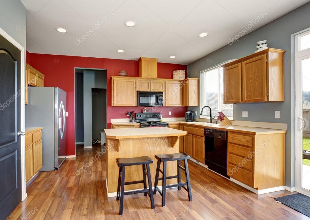 Muur Keuken Kleine : Kleine keuken met rode en grijze muren u stockfoto iriana w