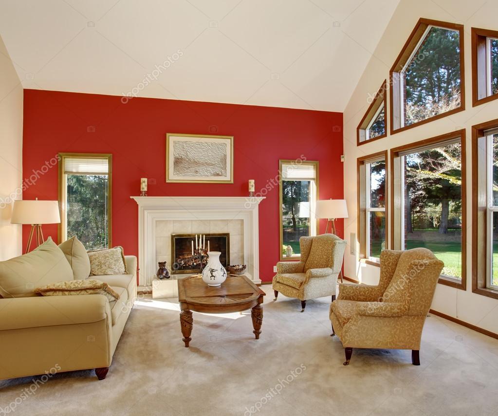 Moderne woonkamer met heldere rode muur en mooi decor — Stockfoto ...
