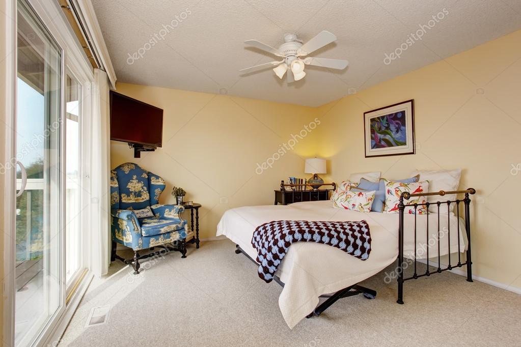 Belle chambre moderne avec beaucoup de lumière — Photographie ...