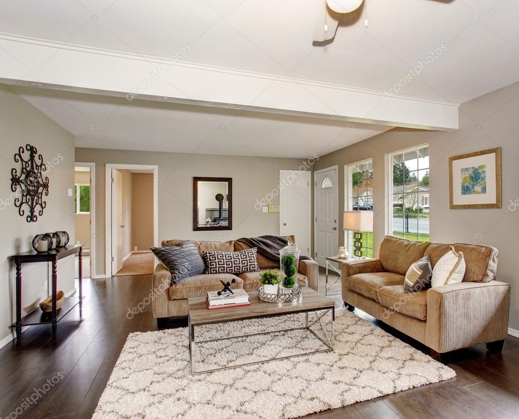 Openhaard In Woonkamer : Gemoderniseerde woonkamer met open haard en pluizige tapijt