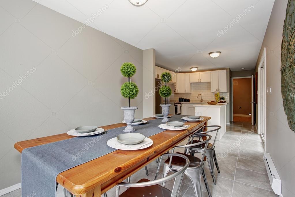 extraordinario comedor con paredes en gris y larga mesa — Foto de ...