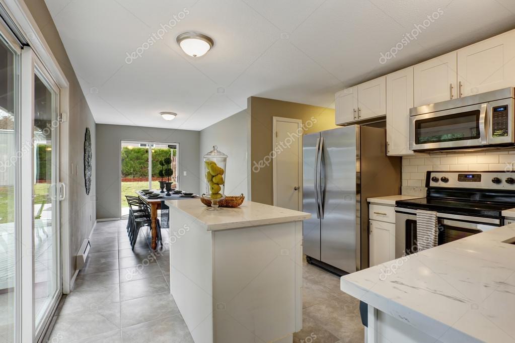 Moderne Keuken Grijs : Moderne keuken met grijze en witte thema u stockfoto iriana w