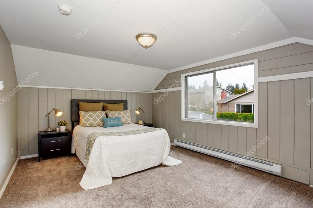 perfecte slaapkamer met gry muren en wit beddengoed stockfoto