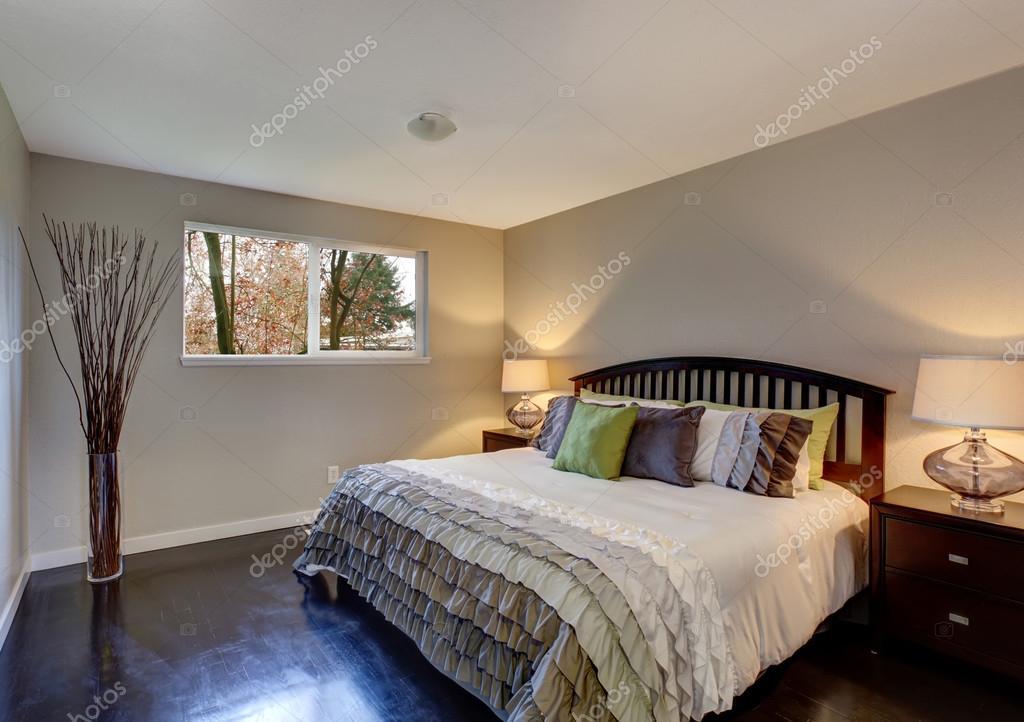 perfecte slaapkamer met inbegrip van hardhouten vloer en beddengoed met ruches foto van iriana88w