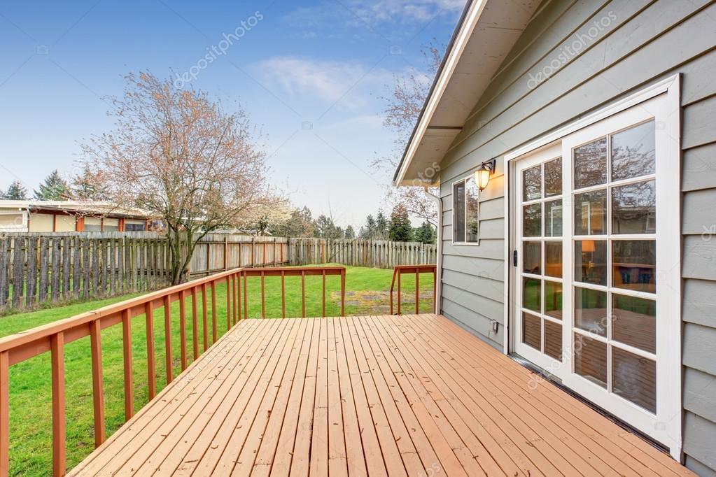 schoner garten terrasse, schöner garten mit terrasse und gras — stockfoto © iriana88w #79052146, Design ideen
