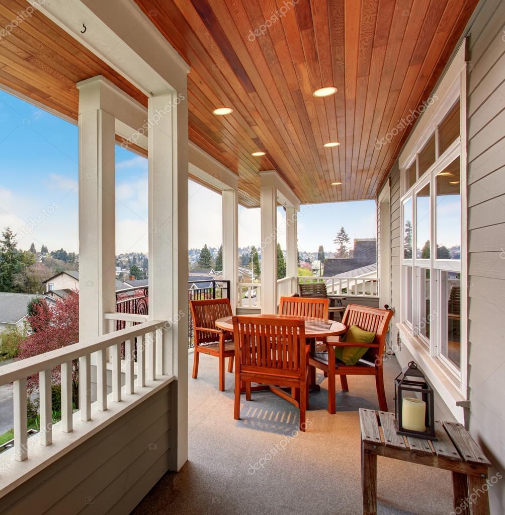 Perfecte overdekt balkon met een uitzicht — Stockfoto © iriana88w ...