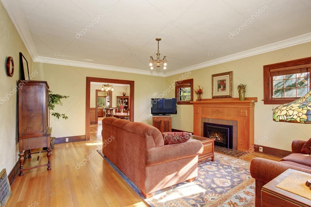 Klassieke familie woonkamer met chique decor u stockfoto