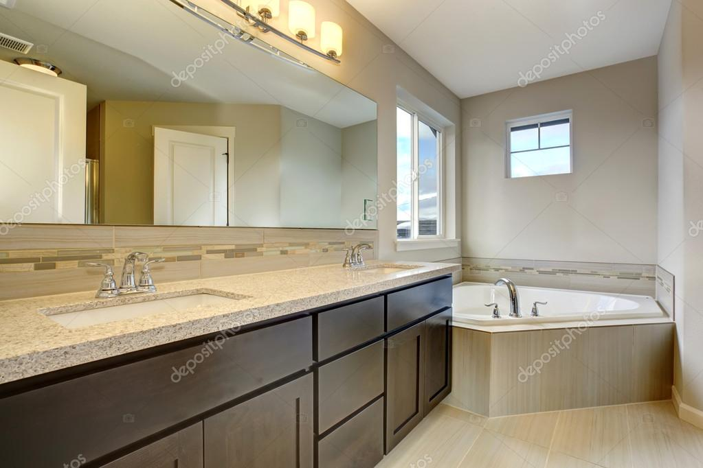 Hermoso baño con bañera grande .: fotografía de stock ...