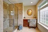 Luxusní master koupelna s dlouhým pultem