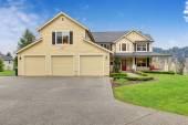 Klasický americký domů s žlutými exteriér a tři garáže lázně