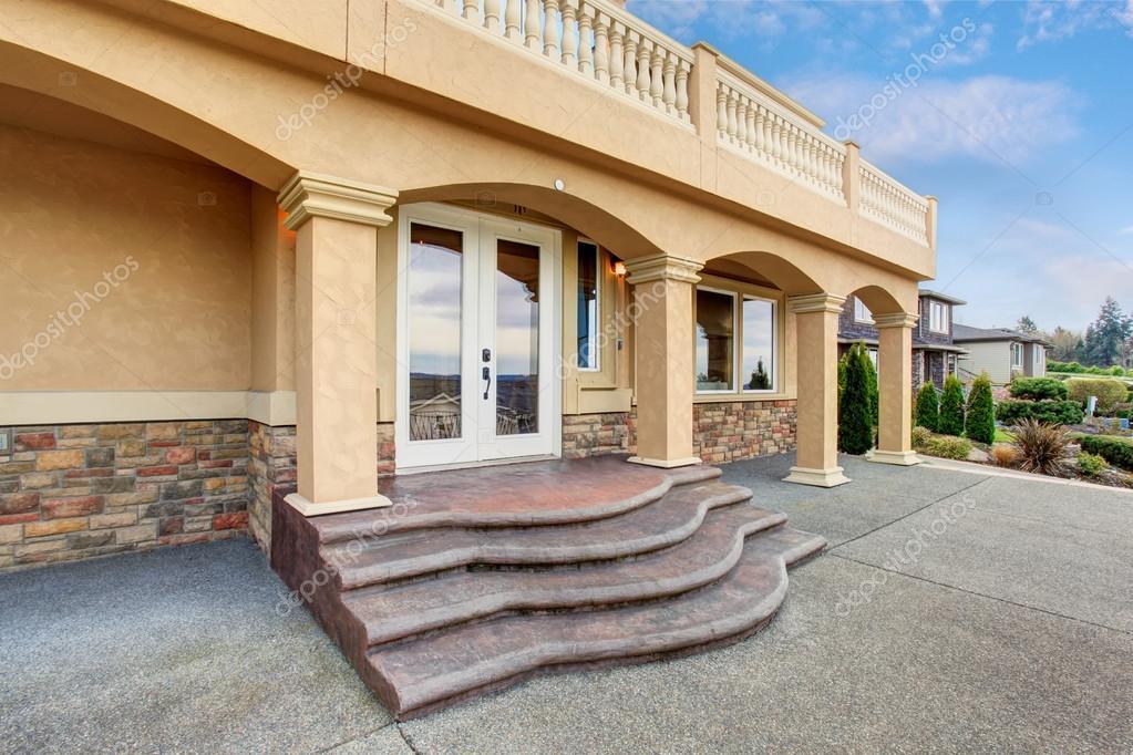 Grote mooie huis met balken balkon u stockfoto iriana w