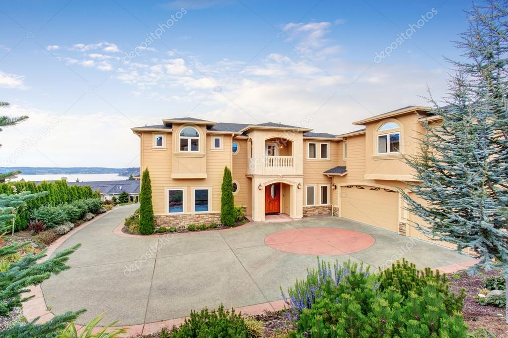 Grote mooie huis met balken balkon u2014 stockfoto © iriana88w #79170206