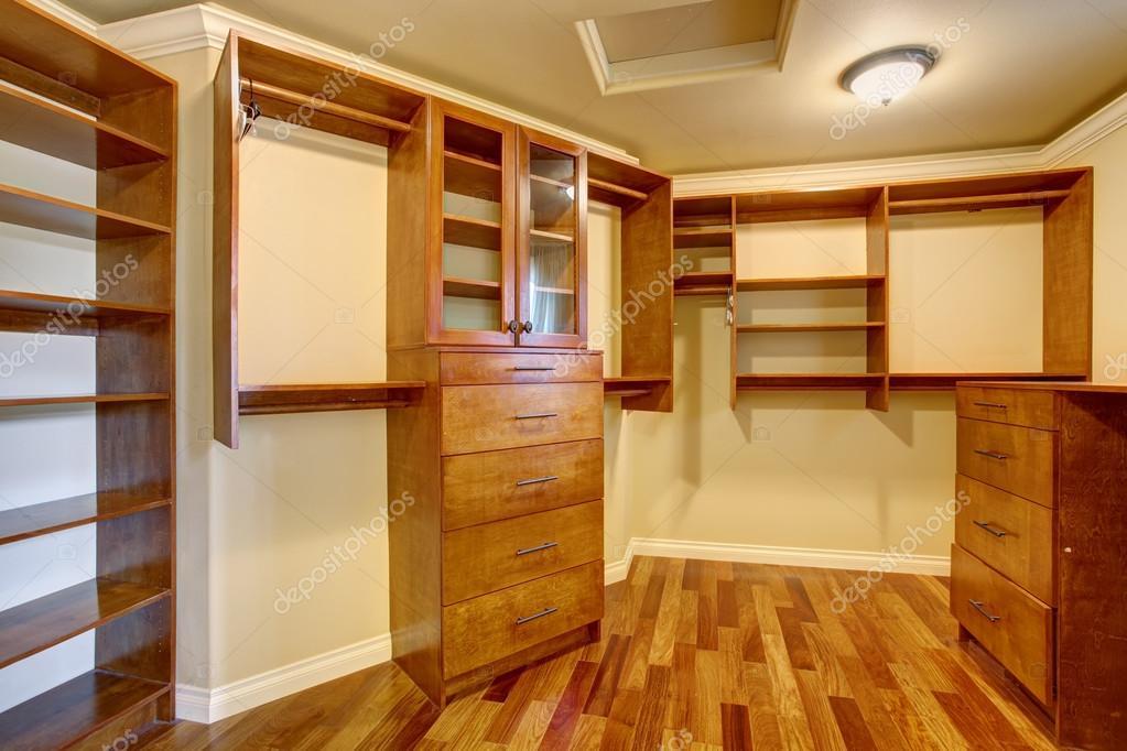Cabina Armadio Grande : Grande cabina armadio con molti ripiani e cassetti u foto stock